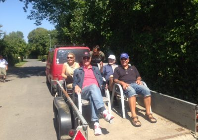 Drejø: Johannes kørte os rundt på øen i en velindrettet ladvogn med 6 stole.